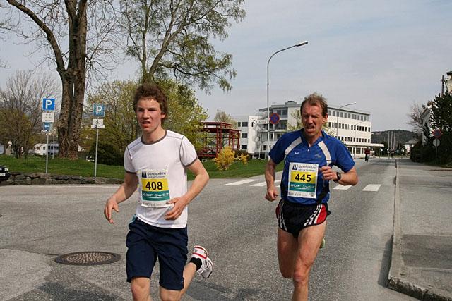 Tom+Roger+Johansen%2C+til+h%F8gre%2C++vann+5+km+p%E5+18%3A32+Han+spring+i+kl+50+-+59+%E5r+for+SAS+Group+Club+Fana.+Med+seg+til+venstre+har+han+Even+Eide+Onstad+som++kjempa+til+seg++2.+Plassen++p%E5+18%3A50.++Even+spring+i+kl+14+%96+15+%E5r+for+Flor%F8.++P%E5+dei+neste+plassane+kom+H%E5vard+Gjelsvik%2C+F%F8rde+IL+p%E5+tida+18%3A51.+kl%2C+16+%96+17+%E5r.++Erlend+Moen+Taule%2C+F%F8rde+18%3A52+kl+12+%96+13+%E5r+Roger+%D8yern+Pollen%2C+F%F8rde+IL%2C+18%3A52+kl%2C+14+%96+15+%E5r+Med+andre+ord+var+det+faktisk+ein+kamp+blant+dei+fire+om+2.+plassen.
