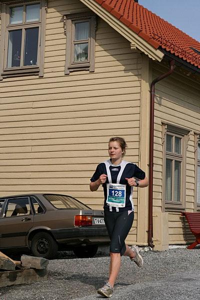Elisabeth+Lothe+Eltvik+gjorde+halvmaraton+p%E5+tida+1%3A44%3A25.+Ho+spring+for+Flor%F8+i+klasse+17-34+%E5r.+Det+heldt+til+ein+total+siger+i+halvmaraton+for+kvinner.+
