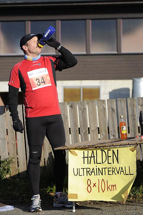 Hans-Olof+Mattiasson+fra+Str%F8mstad+s%F8rger+for+%E5+f%E5+i+seg+litt+drikke+etter+f%F8rste+5+km-runde.+