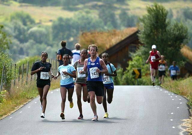 De+eritreiske+jentene%2C+som+l%F8per+for+Skjalg%2C+inntok+de+f%F8rste+plassene+p%E5+halvmaraton.+Her+er+fire+av+dem+etter+15+km