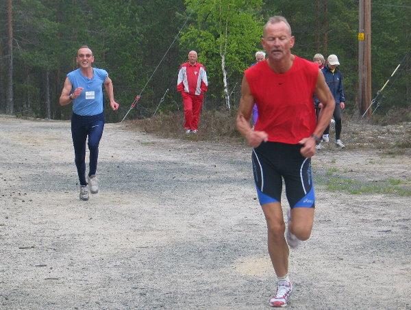 Jan+Erik+Bakken+tok+G%E5-joggen+p%E5+hjemmebane+som+avslutning+p%E5+sykkel%F8kta+og+avsl%F8rer+lettlest+kroppsspr%E5k+i+spurten+med+Stein+Westad+i+rygg.