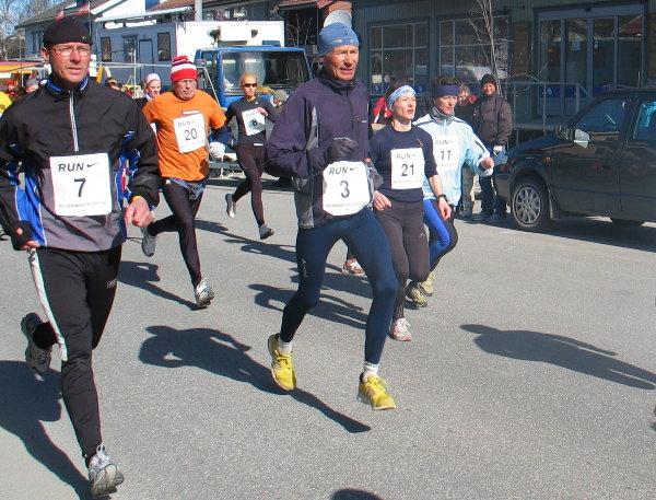 Fra+venstre%3A+Kjell+Arild+Andersen%2C+Ole+Peter+Bergaust%2C+Hanne+Knudsen+og+Marianne+Harviken+pent+p%E5+linje+i+starten.+Midt+i+bildet+Ola+Ingard+Melby.