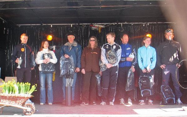 Alle+klassevinnerne+%28-+Marianne+Harviken+i+K40-49%29+p%E5+ett+brett%3A+Fra+venstre+%D8yvind+Bustad+%28M20-29%29%2C+Hanne+Knudsen+%28K30-39%29%2C+Ole+Peter+Bergaust+%28M60-69%29%2C+Margrethe+Bergaust+%28K50-59%29%2C+Tom+Steine+%28M40-49%29%2C+H%E5kom+Myrvang+%28M30-39%29%2C+Oda+Lien+%28K16-19%29+og+Einar+Furulund+%28M16-19%29