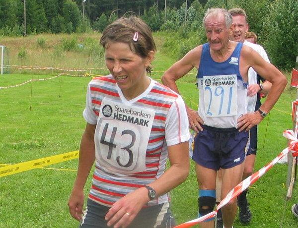 Miriam+Delphin+Gulbrandsen+har+akkurat+avsluttet+maraton+p%E5+3.40.57.+Bak+maratonvinneren+kommer+%C5ge+Solberg+som+ble+klar+klassevinner+p%E5+halvmaraton+i+M70-74+%E5r.+%28Ikke+M65-59+%E5r+hvor+han+f%F8rst+var+oppf%F8rt%21%29