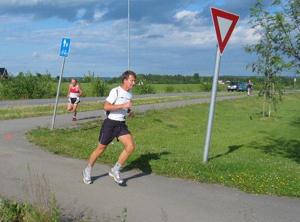 Jon+Storsveen+tok+svingen+mot+m%E5l+med+Bj%F8rn+Tvedt+i+h%E6lene.