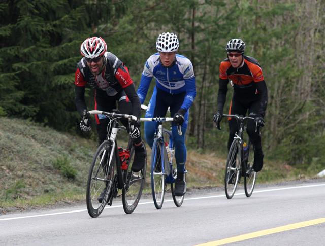 Kjell+Karlsen+med+Martin+Uthus+p%E5+hjul+opp+fra+Norder%E5a+en+km+f%F8r+m%E5l.+