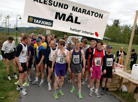 Startfeltet+med+over+60+p%E5+hel+og+halvmaraton+er+det+en+stund+siden+har+v%E6rt+p%E5+%C5lesund+maraton.