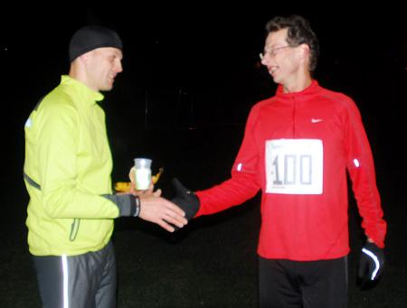 L%F8psleder+og+konkurrent+Anders+T%F8sse+kan+her+gratulere+Steffen+Adler+med+seier+og+ny+banerekord+p%E5+maraton+med+3.11%2C11.