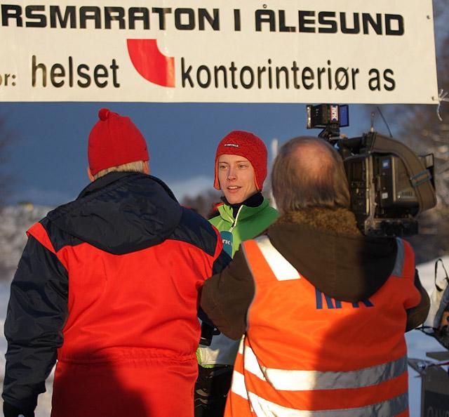 %3Cb%3EP%E5+TV%3A%3C%2Fb%3E+NRK+M%F8re+og+Romsdal+var+p%E5+plass+med+b%E5de+TV-team+og+radioreporter.+Her+er+det+Martin+Hauge-Nilsen+som+intervjues+f%F8r+start.