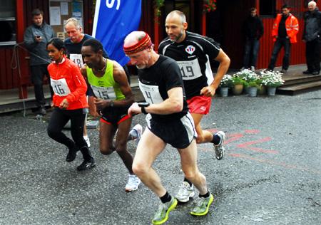 Halvmaraton+og+10+kilometer+startet+samtidig+med+fire+deltakere.+Rolf+Karlsen+er+her+i+front.