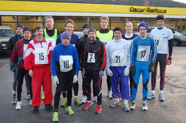 Alle+deltakerne+minus+Karsten+S%F8rland.+I+bakre+rekke+fra+venstre%3A+Svein+S%F8rland%2C+Runar+Risvik%2C+Per+Gunnar+Vasset%2C+Kjetil+Saugestad.+Fredrik+Bolstad%2C+Svein+Oskar+Nedreg%E5rd%2C+Odd+Arne+Giske.+Foran+fra+venstre%3A+Leif+Fe%F8y%2C+Torstein+Giske%2C+Thorvald+Jakobsen%2C+Helge+Fuglseth%2C+Rolf+Dybvik%2C+Leif+S%E6grov.