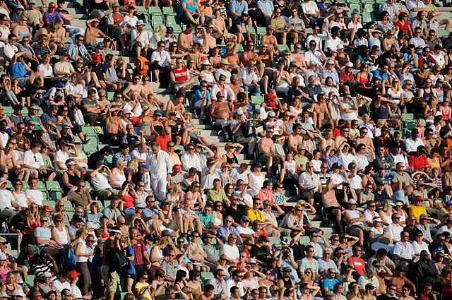 Folk+hygget+seg+p%E5+b%E5de+sol-+og+skyggesida+under+Bislett+Games.+%28Foto%3A+Bj%F8rn+Johannessen%29