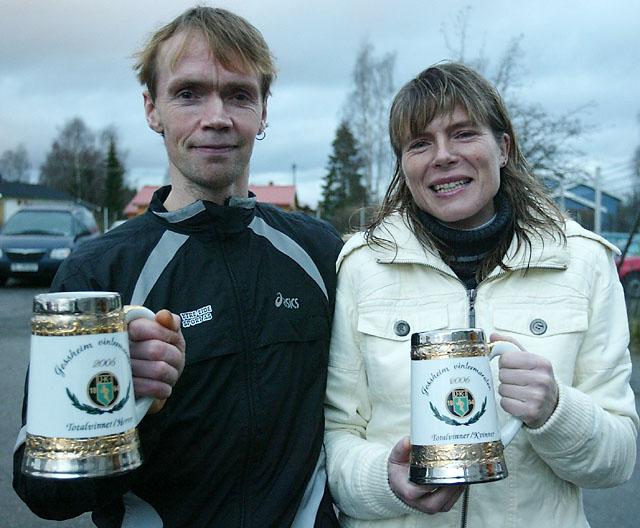 Helge+og+Dorte+med+premier+for+totalseier+p%E5+helmaraton+%28Foto%3A+Kjell+Vigestad%29
