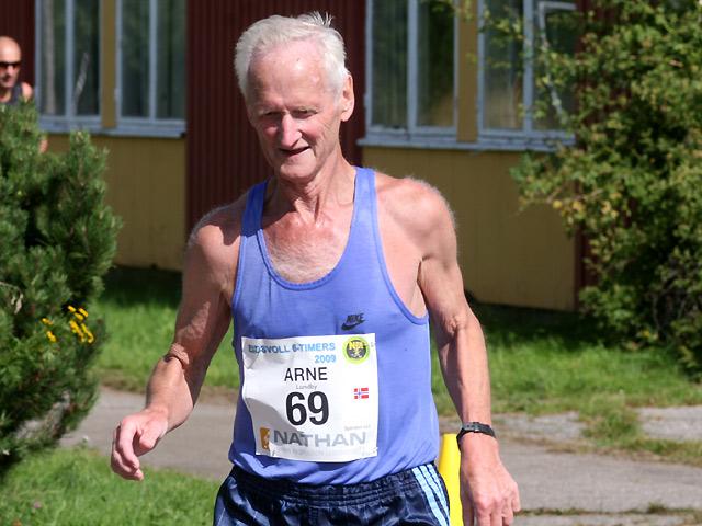 Vestfoldingen+Arne+Lundby+n%E6rmer+seg+ogs%E5+200+maratonl%F8p%2C+og+etter+%E5+ha+l%F8pt+sin+194.maraton+%28passering+underveis+i+6-timersl%F8pet%29+fullf%F8rte+han+til+gull+i+Veteran-NM+i+M70-74+med+54%2C706+km.