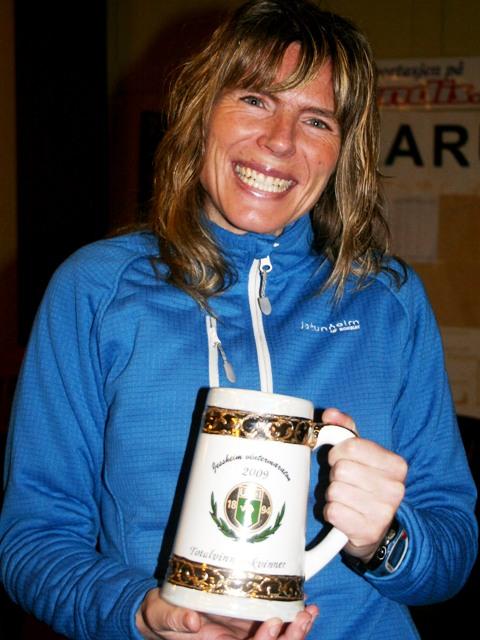 Her+har+Dorthe+f%E5tt+premen+som+totalvinner+p%E5+maraton+%28foto%3A+Bj%F8rn+Hytjanstorp%29.