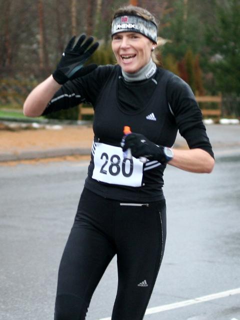 Dorthe+Foss+hadde+bare+selskap+av+gutter+underveis+til+sin+klare+seier+p%E5+maratondistansen+for+kvinner.+Her+vinker+hun+til+kondisfotografen+etter+11+km+%28foto%3A+Olav+Engen%29.