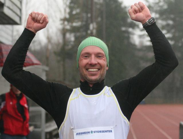 Knut+Eraker+Hole+jubler+etter+at+han+for+f%F8rste+gang+l%F8p+maraton+under+2.40+%28foto%3A+Bj%F8rn+Hytjanstorp%29.