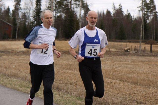 Veteranene+Petter+Kildal+%28til+venstre%29+og+Rolf+Hexeberg+har+500+meter+igjen+til+m%E5l.+Hurtigtoget+Petter+rykket+kraftig+fra+p%E5+den+siste+biten+%28foto%3A+Arne+Halvorsen%29.