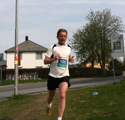 Kurt+Norheim+kom+inn+til+halvmaraton+p%E5+1%3A31%3A21.+Det+heldt+til+ein+2.+plass+for+menn+totalt.+Han+spring+i+klasse+17+-+34+%E5r+for+Hafslo+IL.