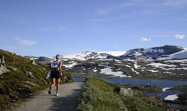 Med+utsikt+til+Hardangerj%F8kulen+n%E6rmer+Camilla+Grieg+seg+Finse+og+m%E5l+for+f%F8rste+etappe+p%E5+Rallarvegsl%F8pet.+I+morgen+g%E5r+ferden+videre+de+27+kilometerne+til+Haugast%F8l.+%28Foto%3A+Bj%F8rn+Johannessen%29
